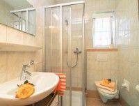 02-badezimmer-dusche-7031c3ffa6[1].jpg